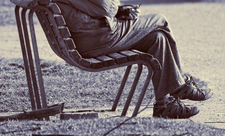 SIMBOL VUČIĆEVE SRBIJE: Profesorka spava na klupi u parku